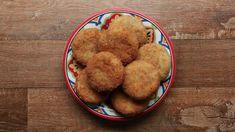 Você vai precisar de: 7 batatas médias descascadas e cortadas em pedaços médios 1 xícara de linguiça calabresa picada 1 xícara de queijo muçarela ralado (140g) 2 colheres de sopa de salsinha picada ¾ de xícara de queijo parmesão ralado (100g)...
