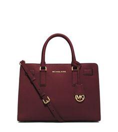 Frôlant la ligne entre la féminité et le luxe, notre sac à main Dillon présente une silhouette structurée façonnée dans du cuir Saffiano. (en noir)