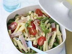 Nudel-Schinken-Salat mit Rucola und Tomaten - smarter - Kalorien: 444 Kcal - Zeit: 25 Min.   eatsmarter.de