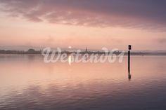 Deutschland, Baden-Württemberg, Landkreis Konstanz, Moos, Morgenstimmung bei Sonnenaufgang mit Blick über den Bodensee zum Radolfzeller Ufer