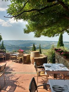 Italy Restaurant, Outdoor Restaurant, Tuscany Homes, Tuscany Italy, Villa Tuscany, Italian Life, Italian Summer, Porches, Italy Countryside