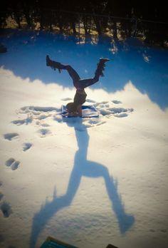 Forearm balance practice in snow! Yoga Pictures, Yoga Photos, Yoga Pics, Forearm Stand, Yoga For Balance, Yoga Photography, Yoga Art, Beautiful Yoga, Asana