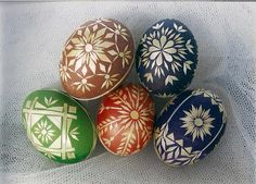 Here you can see the steps how to prepare the straw for decorating. I use it mostly for decorating the Easter eggs, but it c. Easter Hymns, Easter Art, Hoppy Easter, Eastern Eggs, Straw Decorations, Egg Shell Art, Box Container, Easter Egg Designs, Ukrainian Easter Eggs