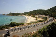 Étape 1 - Porto-Vecchio > Bastia - devant la plage et la tour de Fautea - Tour de France 2013