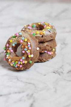Easy DIY Dog Donuts What's better than dogs and donuts? We all know how amazing dogs are and we all know how amazing donuts taste. So why not combine your love for them by creating doggie donuts? These are perfect for any pup party! Puppy Treats, Diy Dog Treats, Healthy Dog Treats, Homeade Dog Treats, Dog Biscuit Recipes, Dog Treat Recipes, Dog Food Recipes, Cake Dog, Puppy Cake