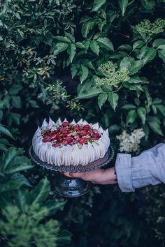 rhubarb pavlova recipe Vegan Recipes Easy, Sweet Recipes, Rhubarb Juice, Pavlova Recipe, Food Crush, Floral Cake, Little Flowers, Recipe For Mom, Summer Fruit