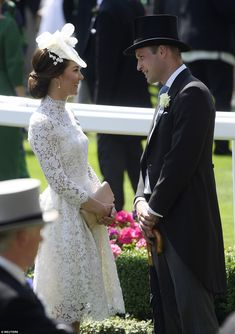 Kate Middleton joins Queen and William at the Royal Ascot - The Duchess of Cambridge and Prince William steal a quite moment for a chat after the carriage procession Prince William And Catherine, William Kate, Prins William, Prince Charles, Looks Kate Middleton, Kate Middleton Fashion, Kate Middleton Hats, Kate Middleton Wedding, Principe William Y Kate