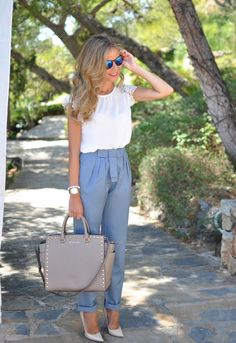 брюки цвета голубой пудры на девушке-Лете