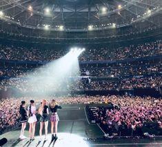 블랙핑크 Blackpink World Tour ig South Korean Girls, Korean Girl Groups, Lady Gaga, Coachella, Selena, Concert Crowd, Yg Artist, Yg Entertaiment, Blackpink Photos