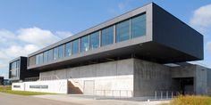 Kodde Architecten in Amsterdam heeft zich de afgelopen jaren bewezen met enige spraakmakende projecten op het gebied van interieur & restauratie. Industrial Park, Modern Industrial, Halle, Public Architecture, Facade Design, Dream Bathrooms, Exterior, Mansions, House Styles