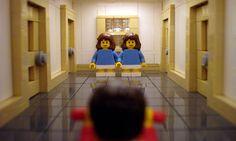 """Alex Eylar ama il cinema e la fotografia. Così ha pensato di ricostruire con i pupazzetti Lego le scene clou dei film più famosi, su set fotografici costruiti a loro volta rigorosamente con i mattoncini. Da Casablanca a Shining, passando per James Bond (il cui """"tunnel"""" è stato ricostruito con le gomme per camion Lego), ecco una bella gallery dei suoi lavori."""