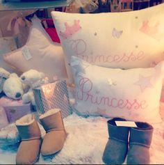 vitrine de Noël Nanelle, coussins princesses, baby shoes, bottes fourrées bébé, Nanelle, boutique enfant paris, vitrine Noël, vitrine Paris