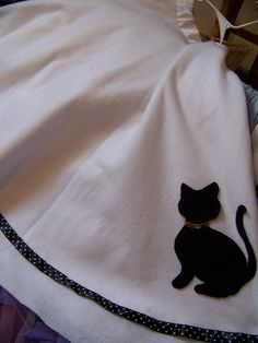 The simple cat silhouette was supplemented with a fancy polka-dot ribbon border.