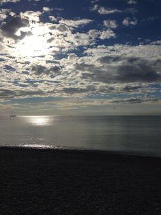 朝、ニースの海