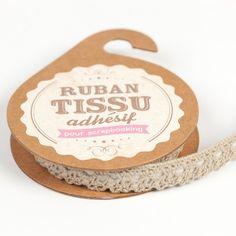 Ce joli Ruban de dentelle adhésive grège donnera un look vintage à vos contenants en verre ou tout autre objet dont vous l'agrémenterez.