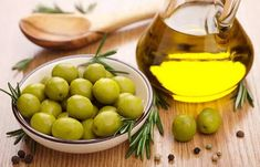 An itchy scalp may be irritating for anyone, especially during the hot summers. Instead of trying a host of market products use these home remedies to eliminate the itchiness from your scalp. Castor Oil For Hair, Hair Oil, Itchy Scalp Treatment, Hair Scrub, Hair Rinse, Dry Scalp, Hair Remedies, Dandruff, Hair Health
