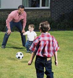 Tuo marito è un amante dello sport? Allora cosa c'è di meglio di una partitella di calcio insieme ai bambini?   http://quimamme.leiweb.it/famiglia/papa/prima-e-dopo-il-bebe/gallery-2011/festa-papa-3070570211_7.shtml#center