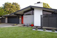 Defining Lines — Mid-Century Maurer Exterior House Colors, Exterior Design, Exterior Paint, Exterior Doors, Modern Landscape Design, Modern Landscaping, Mid Century Decor, Mid Century House, Mid Century Landscaping