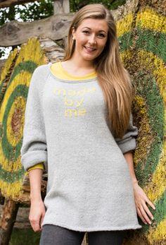 Gratis strikkeopskrift, strikket sweater med sjov tekst, strikket i blød alpaka i smuk grå farve