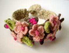 crochet a bracelet crochet bracelet tutorial crochet cuff bracelet pattern Love Crochet, Learn To Crochet, Diy Crochet, Crochet Crafts, Yarn Crafts, Crochet Flowers, Crochet Projects, Simple Crochet, Tutorial Crochet