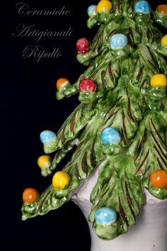 L'albero di Natale è, con la tradizione del presepe, una delle più diffuse usanze natalizie. Si tratta in genere di un abete addobbato con piccoli oggetti colorati, luci, festoni, dolciumi, piccoli regali impacchettati e altro.  Questo può essere portato in casa o tenuto all'aperto, e viene preparato qualche giorno o qualche settimana prima di Natale (spesso nel giorno dell'Immacolata concezione) e rimosso dopo l'Epifania. www.ceramicheripullo.com