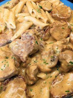 Regniga och lite murriga sommardagar förgylls alltid av en god, värmande middag. En krämig pasta som du kan krypa upp i soffhörnet med är vardagslyx man ska unna sig när inte grillen går varm. Här vil
