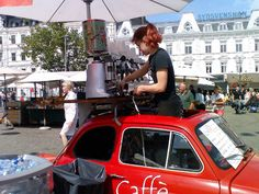 Another version of the Italian coffee cart at the Malmö Festival. Coffee Carts, Coffee Truck, Coffee Set, Coffee Barista, Coffee Time, Mobile Bar, Mobile Shop, Fiat 500, Mobile Coffee Shop