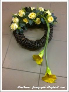 Modern Floral Arrangements, Flower Arrangements, Black Flowers, Spring Flowers, Tulip Wreath, Floral Wreath, Sunflower Wedding Centerpieces, Grave Decorations, Memorial Flowers