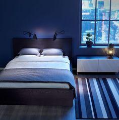 Elegant Ein Boden Aus Holz Und Mit Einem Blauen Teppich, Schlafzimmer Streichen  Ideen, Ein Schlafzimmer