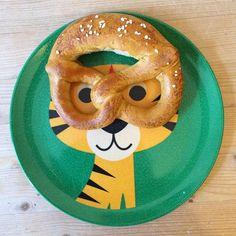 Tiger-Teller mit Brezelbrille. Der Teller wurde gestaltet von der schwedischen Illustratotin Ingela P.Arrhenius. Ihr könnt ihn bei uns bestellen.