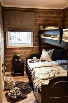 Gjesterom på hytta står alltid klart for besøk Cabin Homes, Log Homes, Cabin Design, House Design, Mountain Cabin Decor, Mountain Cottage, Scandinavian Cabin, Guest Cabin, Cottage Interiors