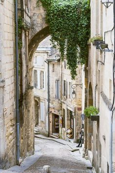 Bordeaux Day Trip: 3 Things You Must Do in Saint Émilion, France. Discover the best places to visit in France that aren't Paris! Day trips from Bordeaux. Plan the best France vacation. Bordeux France, Cool Places To Visit, Places To Go, Saint Emilion, South Of France, France Travel, Best Vacations, Belle Photo, Wonderful Places