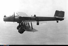 Éste también era feo... Handley Page Heyford, el último bombardero biplano de la RAF. Ya era muy obsoleto cuando empezó la guerra, pero sirvió como adiestrador de tripulaciones y remolcador de planeadores.
