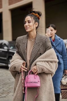 Attendees at New York Fashion Week Fall 2019 - Street Fashion Outfits Otoño, Sweater Outfits, Fashion Outfits, Fashion Trends, Fashion Tips For Women, Womens Fashion, Pullover Outfit, New Yorker Mode, Quoi Porter