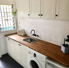 Laundry goals by 🔨 This fantastic makeover features kaboodle ki. Wooden Benchtop Kitchen, Timber Benchtop, Timber Kitchen, Kitchen Benchtops, Modern Laundry Rooms, Laundry Room Layouts, Laundry Room Bathroom, Bunnings Laundry, Laundry Table
