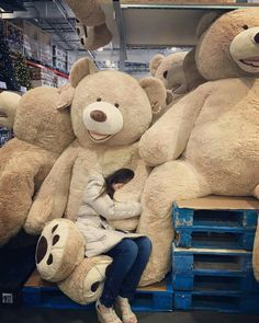 When you found your one true love Huge Teddy Bears, Teddy Bear Hug, Large Teddy Bear, Giant Teddy Bear, Couple With Baby, Teady Bear, Giant Stuffed Animals, Christmas Gifts For Teen Girls, Teddy Bear Pictures