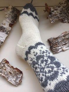 Vottemønster,Sokkemønster ,mønster til pannebånd og mini Selbu 🐑🇳🇴   FINN.no Knitting Socks, Mittens, Monogram, Color, Diy, Knit Socks, Fingerless Mitts, Bricolage, Colour