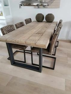 Mesa estilo industrial, hecha en hierro y madera . Para información mandar email a mgmironcrafts@gmail.com Te ayudaremos a encontrar lo que necesites . Tenemos más modelos a Instagram mgmironcrafts