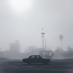 Mehran Naghshbandi est un photographe basé à Sanandaj en Iran. Au fil de ses séries, il dépeint des paysages brumeux en se focalisant sur de petits détails poétiques où il alterne entre clichés d'une intense clarté et d'autres d'une profonde obscurité. À découvrir dans la galerie.