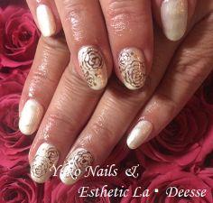 Yuko Nails And Esthetic La Deesse ジェルネイルデザイン♪ (定額制:Platinum)カラーベースにポイントで手描きのバラを描いた上品なデザイン♪