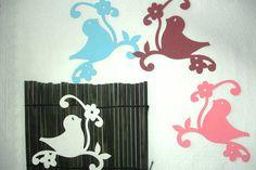 Kit Passarinho  Kit composto de dois passarinhos com o galho, cores a definir no momento do pedido.  Papel cardstock, nas cores: rosa claro, Pink, azul Royal, azul claro, laranja, amarelo, preto, verde claro, verde escuro, vermelho e branco.  Não é papel adesivo.  Pássaro : 11 cm de altura x 11 cm de comprimento  Dica: recorte o pássaro e use os galhos como enfeites de fotos, ou troque os pássaros para ter desenhos diferentes.  Frete único, carta registrada, posso enviar até 5 kit´s no mesmo…