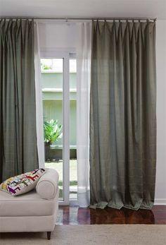 """Para sua sala de estar, a arquiteta Deborah Roig elegeu a cortina Draden, de poliéster, da Tok & Stok (duas peças de 1,50 x 2,60 m, por 199,90 reais). """"O forro de voal, feito sob medida, completa a composição"""", diz."""