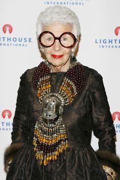 Iris Apfel é moda. Apfel é designer de interiores e um ícone da cena fashion de Nova York.