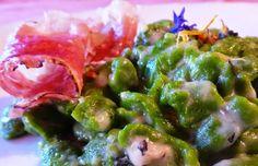 Spatzle di spinaci con salsa al formaggio di capra e speck croccante per la ricetta: http://www.frittomistoblog.it/2015/01/spatzle-di-spinaci-con-salsa-al.html