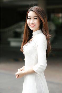 Hoa hậu Mỹ Linh đẹp tinh khôi với tà áo dài trắng