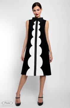 Combined A-shape sleeveless dress with ribbon and bead finish. Band collar. Hidden back zip closure. Without pockets.