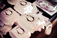 Olha que decoração mais fofa com o tema Festa dos Pinguins!!!Apaixonada por esta fofura!!!Imagens do blog Papetier.Lindas ideias e muita inspiração.Bjs, Fabíola Teles.Mais ideias lindas:Papeti...