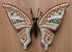 Some of the DIY Garden Mosaics Projects - Having a beautiful garden is everyone`s dream. You can do different things to make your garden look beautiful. For example, you can plant beautiful fl. Mosaic Tile Art, Mirror Mosaic, Mosaic Diy, Mosaic Garden, Mosaic Crafts, Mosaic Projects, Stained Glass Projects, Mosaic Glass, Butterfly Mosaic