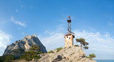 Alter Leuchtturm und Felsen auf Himmelhintergrund Stockbilder