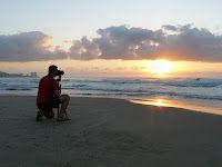 Amanecer en la playa de Cullera, mi marido incluido, jaja.